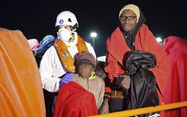 MADRID, España.-Un grupo de inmigrantes llegó el pasado 26 tras el rescate de un grupo de 55 indocumentados. Foto: José Miguel Pérez Paqué.