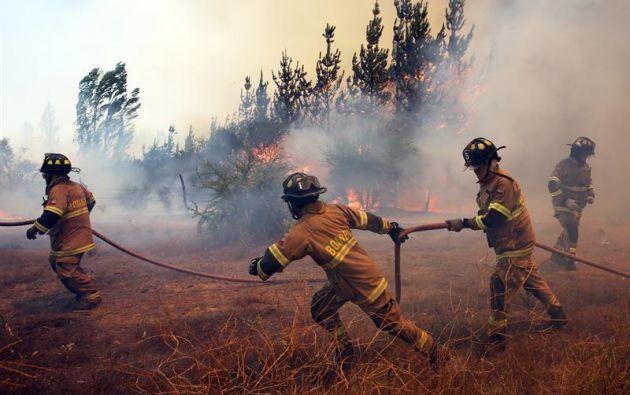 SANTIAGO, Chile.- A nivel nacional aún se mantienen 118 incendios activos: 59 están en combate, 51 fueron controlados y 8 extinguidos. Foto: EFE.