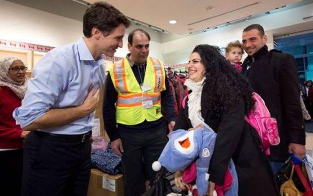 TORONTO, Canadá.- El primer ministro recibió en el aeropuerto de Toronto a refugiados sirios en 2015. Foto Tomado de Think Pol.