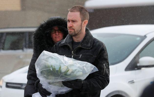Moradores del sector llegan al lugar de la tragedia con ofrendas florales. | Foto: Reuters.