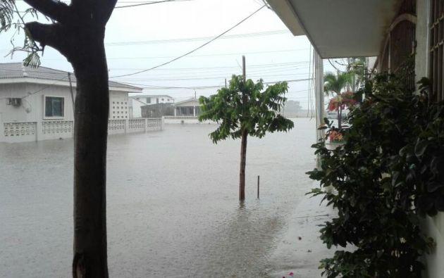 El sector conocido como Chipipe en Salinas se inundó debido a las lluvias que cayeron en el transcurso del lunes 30 de enero. Foto: Cortesía.
