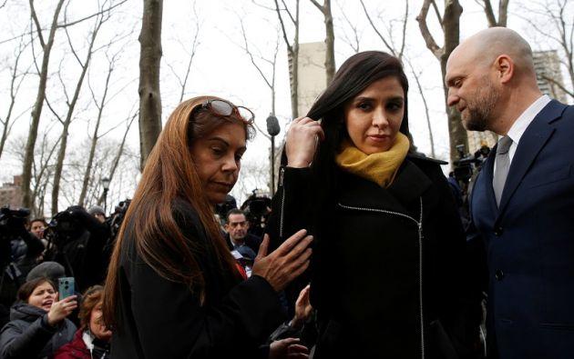 """Emma Coronel, esposa de """"El Chapo"""" Guzmán, junto a su abogada Michelle Gelernt, fuera de la corte federal de Brooklyn. Foto: AFP."""