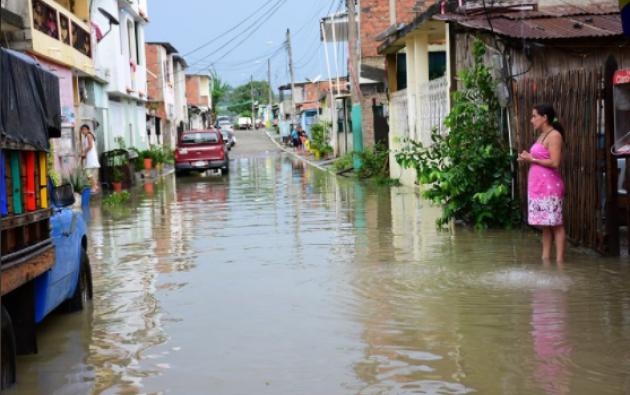 En varios cantones de Manabí como Chone y Manta están suspendidas las clases debido a las inundaciones. Foto: Tomada de Diario.ec