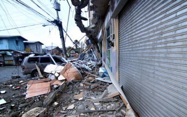 MINDANAO, Filipinas.- La mayoría de las víctimas murió por la caída de objetos, pero un hombre quedó sepultado bajo la segunda planta de su casa. Foto: AFP
