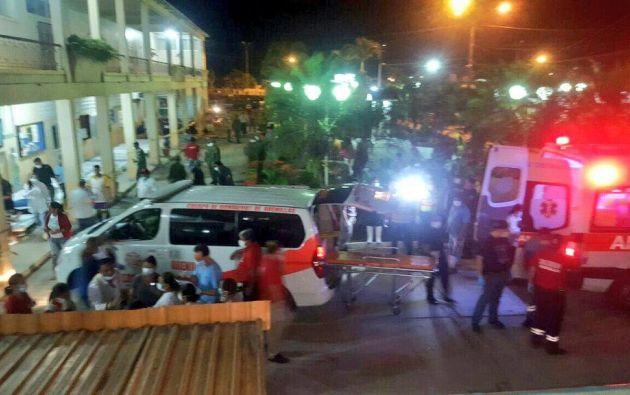 SANTA ROSA, El Oro.-  Personal del Ministerio de Salud estabilizó a los afectados, quienes fueron trasladados al Hospital Santa Teresita de Santa Rosa. Foto: ECU 911