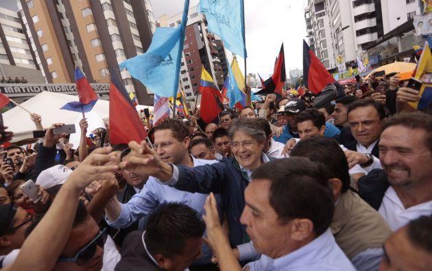 Lasso fue recibido por miles de seguidores en los exteriores del CNE en Quito. Foto: Cortesía de API