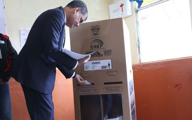 Correa ejerciendo su derecho al voto, este domingo 19 de febrero de 2016. Foto: Presidencia de la República.