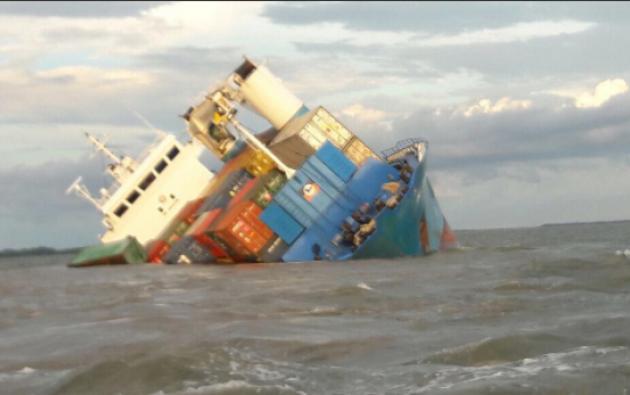 """El buque de contenedores """"Isla Bartolomé"""" iba cargado con víveres para Galápagos. Foto: Armada"""