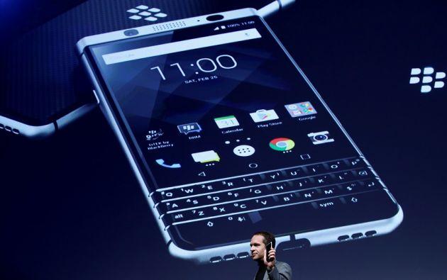 BlackBerry apuesta por el regreso del teclado por ello este sábado presentó un nuevo teléfono inteligente en el Congreso Mundial de Móviles 2017 . Foto: Reuters