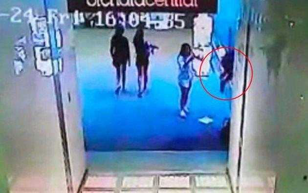 Las cámaras de seguridad del centro comercial grabaron al joven y a una amiga hablando poco antes del trágico desenlace.