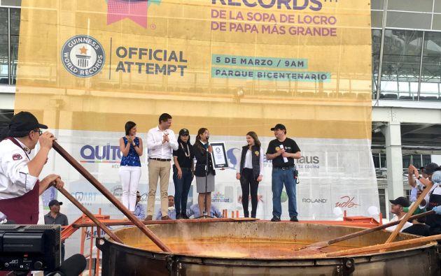 QUITO, Ecuador.- Paulina Baum, una joven de 16 años, llevó el locro de papas al libro de Récords Guinness, con la preparación de más de 20.000 porciones. Foto: Twitter