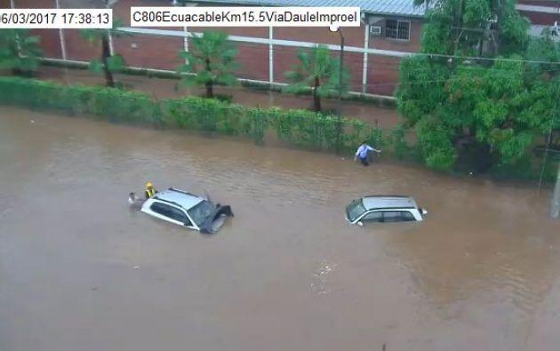 Algunos vehículos quedaron atrapados por acumulación de agua en el km 15/5 de la vía a Daule. Foto: CSCG