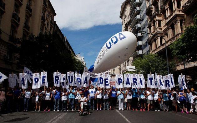 Macri se encuentra también desafiado también por una huelga de 48 horas de docentes y hospitales. Fotos: Reuters.