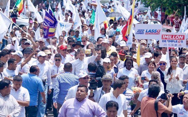 Guillermo Lasso, líder de CREO, participó en una caminata popular en un barrio de Guayaquil. Foto: TW del candidato