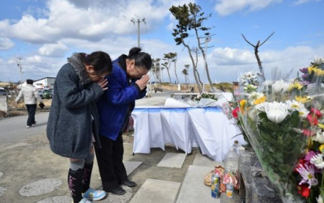 Como cada año durante toda la jornada, miles de personas depositaron flores en los más de 500 kilómetros de costas de las zonas siniestradas. Foto: AFP