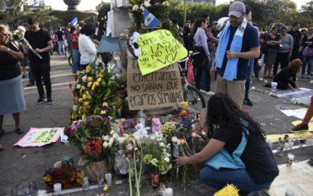 GUATEMALA.-  El sábado, cientos de guatemaltecos protestaron frente a Casa Presidencial y el Palacio Nacional de Cultura, en el centro histórico de la capital. Foto: AFP