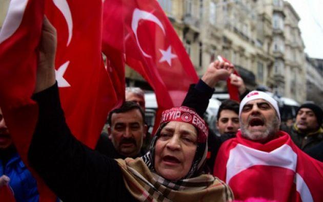 ESTAMBUL, Turquía.- Turcos protestan frente a la embajada de Holanda en Estambul. Foto: AFP