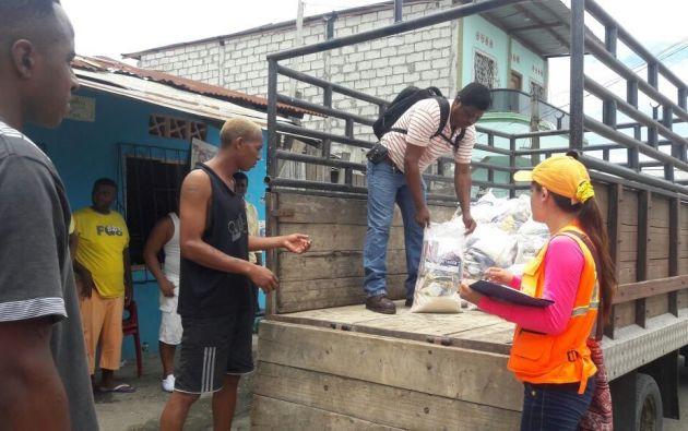 Autoridades entregaron kits alimenticios y de higiene a unas 412 familias damnificadas por el temporal. Foto: Riesgos EC