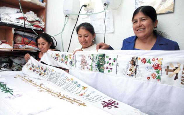 Isabel Alvarado, Raquel Lema y Aída Maita muestran los bordados que hicieron para la estola y la casulla que lució el Papa Francisco en Quito. Foto: Iván Navarrete