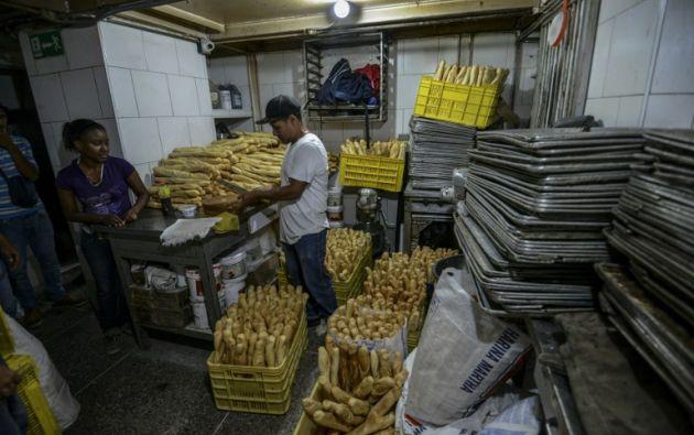 El gobierno busca que el 90% de la harina que vende a precio subsidiado a las panaderías se use en pan, en lugar de en tortas, dulces u otro tipo de productos. | Foto: AFP