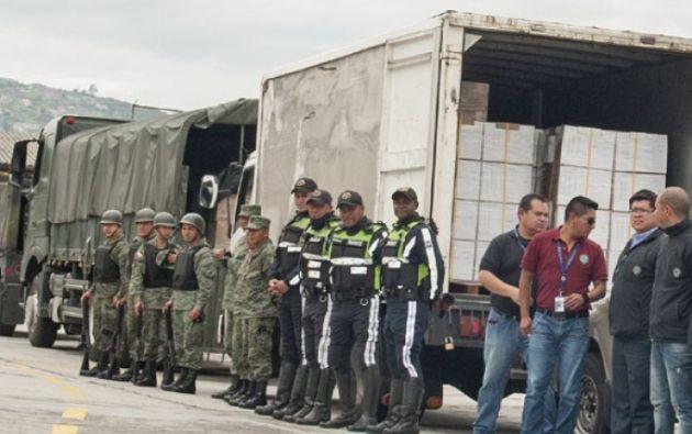 Las papeletas impresas fueron trasladadas por un convoy desde el Instituto Geográfico Militar hasta las bodegas de Cemexpo en Quito, donde la empresa privada Montgar alista los kits electorales. | Foto: Revista Vistazo