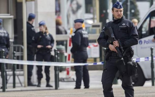 Los servicios de Defensa belgas examinan en estos momentos el vehículo interceptado.  Foto: Reuters.