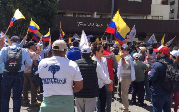 Simpatizantes de CREO se mantienen en vigilia afuera del CNE, exigen un recuento de votos. Foto: Cortesía