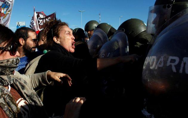 Sin vuelos nacionales ni internacionales, ningún medio de transporte público y con cortes de calles, se cumple con la huelga general contra el gobierno. Fotos: Reuters.