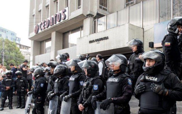 Miembros del GOE llegaron para custodiar los exteriores del edificio donde funciona Cedatos. Foto: Segundo Espín