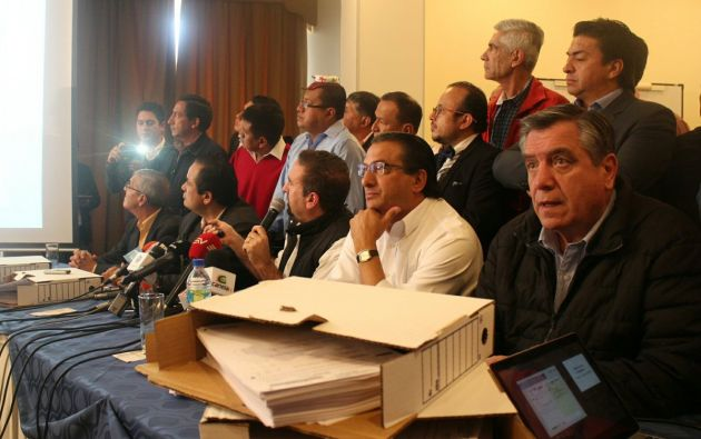 César Monge, de CREO, presentó más cartones con actas electorales que presentan supuestas inconsistencias. Foto: TW de CREO