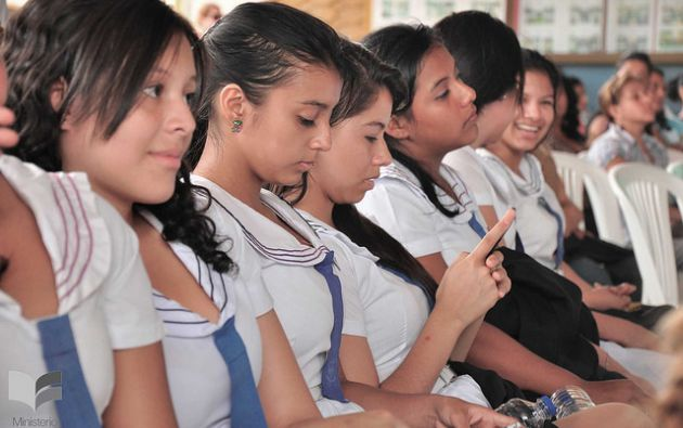 Este año la autoridad educativa indicó que entregarán textos, uniformes y alimentación. Foto: MinEduc