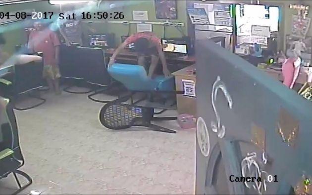 La cámara de un cibercafé en Tailandia registró el momento en que un joven se llevó un tremendo susto.