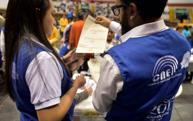 El recuento de votos se realizó en el coliseo Rumiñahui. Foto: AFP.