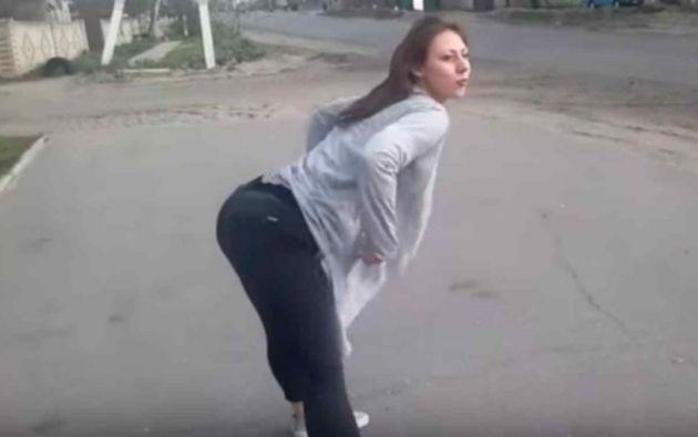 Lac chicas estaban al costado de una carretera en la ciudad de Járkov, en Ucrania. Foto: Captura de video