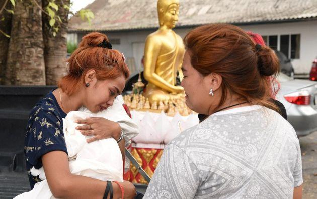 La madre de la menor sostiene el cuerpo de su hija en un templo en Phuket.   Foto: Reuters.