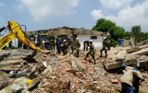 Hasta el momento las autoridades han rescatado a 40 personas tras el derrumbe el jueves de la estructura. Foto: AFP