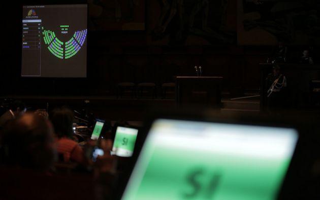 """Según la asambleísta oficialista de Alianza País (AP, izquierda), María Augusta Calle, """"la idea es renegociar, pero en igualdad de condiciones"""". Fotos: Asamblea Nacional."""