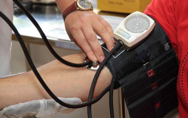 Controlar la hipertensión a tiempo es una medida clave para prevenir infartos a futuro. Foto: Referencial Pexels