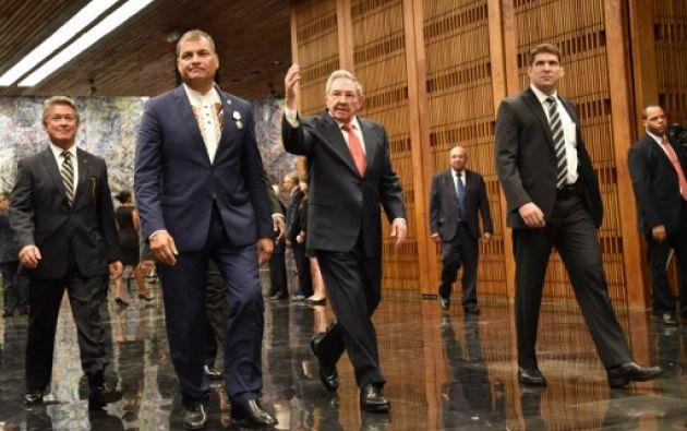 Durante su visita oficial a La Habana, Correa recibió la Orden José Martí, de manos del presidente cubano, Raúl Castro. Foto: AFP