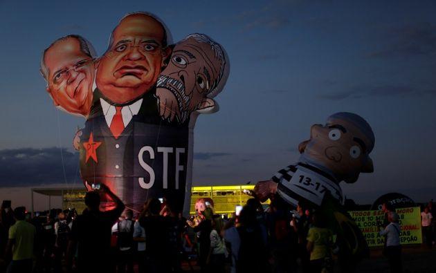 Caricaturas de  Jose Dirceu, Luiz Inácio Lula da Silva, y el juez Gilmar Mendes, durante una protesta en Brasilia. | Foto: Reuters.