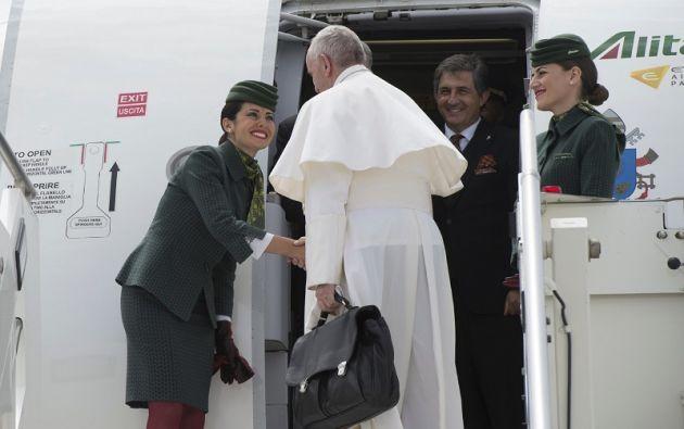 El papa abordando el avión para su visita pastoral a Portugal. | Foto: Reuters.