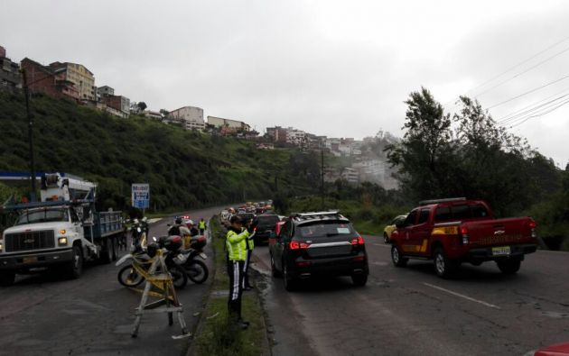 Se implementó un  operativo de acordonamiento en la avenida Velasco Ibarra, afectada en Quito.| Foto: Twitter AMT.