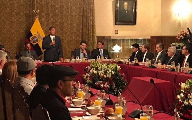 Los delegados colombianos, así como representantes de los países garantes del diálogo, desayunaron el martes con el presidente saliente de Ecuador, Rafael Correa, en el palacio de Carondelet. | Foto: @ELN_Paz.