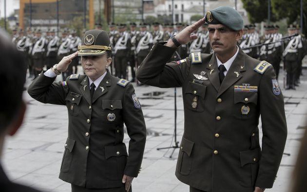 La coronela Pereira (izquierda) recibió el bastón de mando de su antecesor en una ceremonia a las afueras del Parlamento que fue presidida. | Foto: Asamblea Nacional.