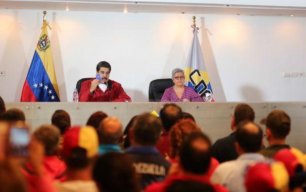 Maduro entregó este martes al CNE -acusado por la oposición de servir al gobierno- las bases electorales de la Constituyente. | Foto: Reuters.