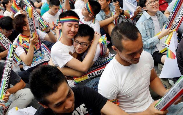 Centenares de personas se reunieron eufóricamente en Taipei para celebrar la decisión de la Corte Constitucional. | Fotos: Reuters.