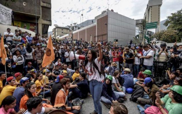 Venezuela.- Las protestas, que ya dejan 63 muertos y más de un millar de heridos, según la Fiscalía, suelen terminar en enfrentamientos. Foto: AFP