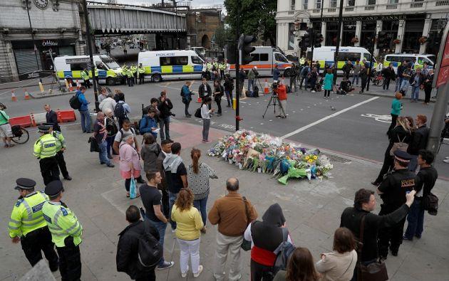 Los londinenses han colocado arreglos florales para recordar a las víctimas del atentado.   Foto: Reuters.