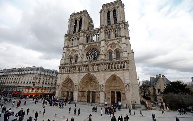 Fuerzas policiales han desplegado un amplio perímetro de seguridad en torno a la explanada de Notre Dame. | Foto: Reuters.