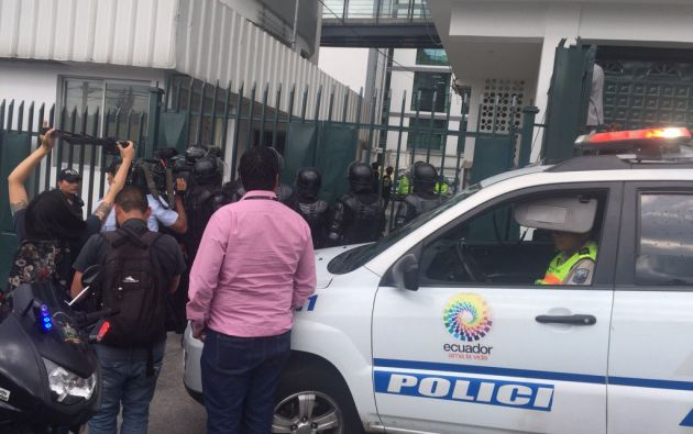 Decenas de Policías bloquean la entrada de la Contraloría, según reportan los medios. Foto: Tomada del TW de Paúl Romero